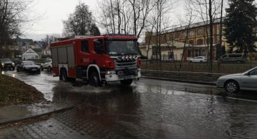 Awaria wodociągowa na ulicy Wolności w Cieplicach. Ulica zalana wodą.