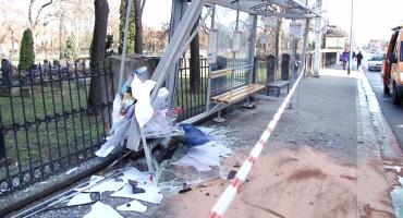 BMW wbiło się w przystanek przy Wrocławskiej