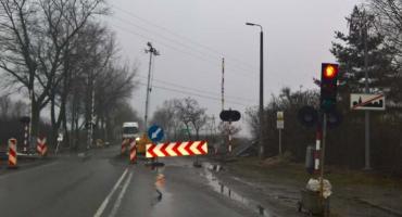 Firma wycofała się z położenia asfaltu. Przejazdy kolejowe utrudniają ruch