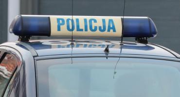 Policyjne radiowozy kontra uciekający przez centrum Legnicy Peugeot