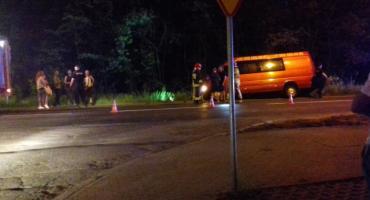 Bus przewożący ludzi wpadł do rowu przy ul. Złotoryjskiej
