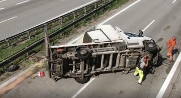 Wypadek na autostradzie A4. Pękła opona w busie, kierowca w szpitalu