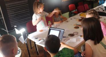 Dzieci robią film z miedzianych elementów, czyli projekt