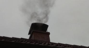 Strażnicy ruszyli w teren. Nawet 5 tys. zł kary za palenie w piecu śmieciami