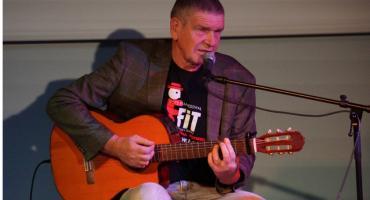 Znany aktor zaskoczył legniczan w roli muzyka z gitarą w ręku