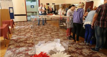 Głosowanie bez dowodu, rodzina w komisji. KOD punktuje wyborczy bałagan