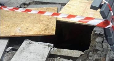 Śmieciarka zarwała chodnik w centrum Kalisza