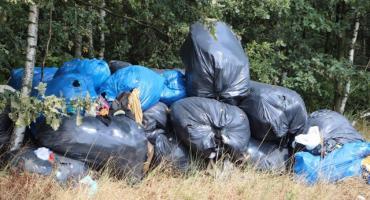20 worów śmieci za cmentarzem w Brudzewie