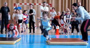 Pierwszoklasiści mają za sobą pierwsze zawody sportowe. Czy polubią sport? [ZDJĘCIA]