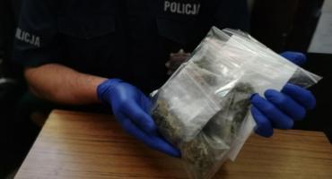 Narkotyki schował za paskiem od spodni, a policjanci i tak je znaleźli. W Sulnowie wpadł motorowerzysta