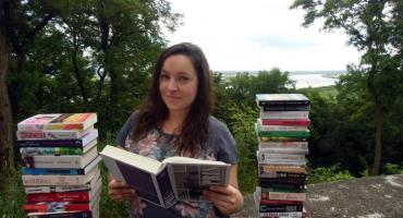 Dorota Kortas to bibliotekarka z powołania. Jeśli w wolnym czasie akurat nie czyta książek, to stara się podróżować