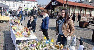 Jarmark Wielkanocny na Dużym Rynku w Świeciu. Pośród stoisk przechadzają się tłumy [ZDJĘCIA]