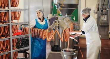 Najwięcej wolnych miejsc pracy w powiecie czeka w branży mięsnej. Sprawdzamy ile można zarobić