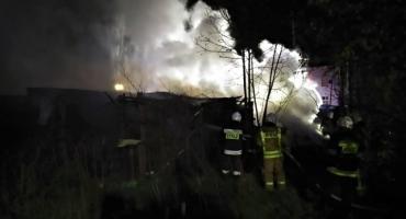 Parlin, nocny pożar budynków gospodarczych. Akcja 12 zastępów straży