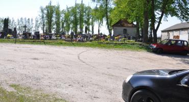 Parking przy cmentarzu w Pruszczu: mieszkańcy czekają latami, doczekają się? Jak sprawę tłumaczy wójt?