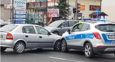 Wypadek przy Galerii Marianki. Radiowóz zderzył się z osobówką[ZDJĘCIA]
