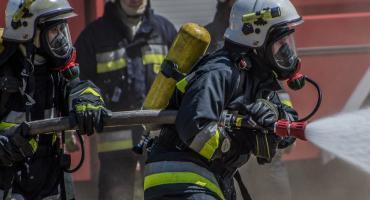 Z OSTATNIEJ CHWILI: Pożar budynku. Dziewięć jednostek straży w akcji, straty na 100 tysięcy