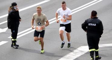 Ponad sto osób pobiegło w VIII Półmaratonie Mondi [ZDJĘCIA]