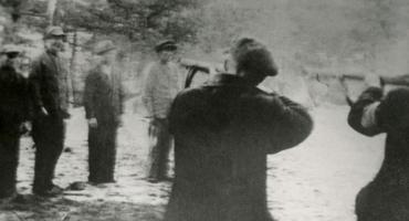 Do rozbieganych między drzewami dzieci strzelali jak do zwierzyny