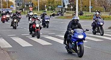 Motocykliści pożegnali tragicznie zmarłego Filipa. W barwnym korowodzie przejechali do Łabiszyna [ZDJĘCIA] [WIDEO]