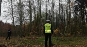 Rodzina zgubiła się w lesie koło Nowego. Pomogła im policja i straż leśna