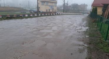 Dziura na dziurze na drodze do szkoły w Rychławie