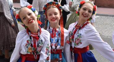 Barwne stroje, śpiew i tańce