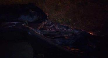 Płonąca nocą łódź na Wiśle
