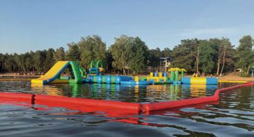 Wielki plac zabaw na jeziorze