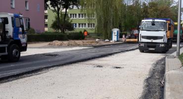 Na ul. Tysiąclecia kładą asfalt
