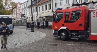 Wozy strażackie pod redakcją TP. Obok kłęby dymu...