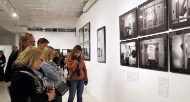 Zdjęcia z audiodeskrypcją w Płockiej Galerii Sztuki