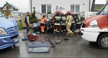 Wycinali poszkodowaną z rozbitego opla (WIDEO)