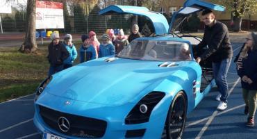 Niezwykłe auto w rękach uczniów