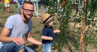 Ojciec z synem posadzili swoje drzewa w ramach rodzinnej akcji sadzenia drzew