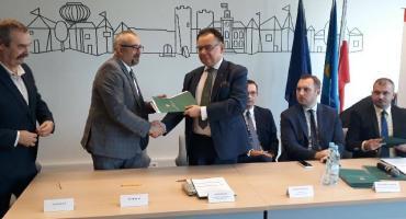 Środki na pracownie informatyczne i językowe przekazane. Beneficjenci z powiatu pozyskali ponad 170 tys. zł.