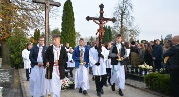 Modlili się za zmarłych, którzy spoczęli na cmentarzu w Sierakowicach