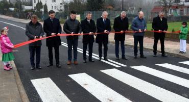 Ulica Raduńska w Chmielnie otwarta - mieszkańcy zyskali kilometr nowej drogi i chodnik
