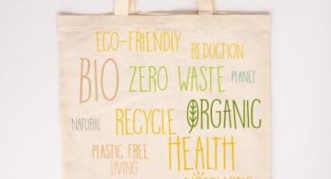 Torba papierowa czy materiałowa? Która z nich jest bardziej przyjazna środowisku?
