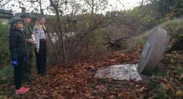 Harcerze oddali hołd poległym, zapalając na ich grobach znicze