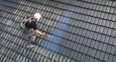 Malowanie dachu agregatem malarskim