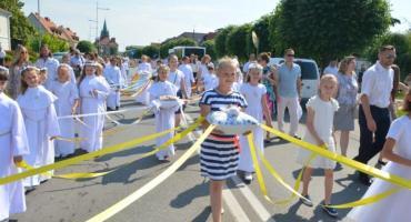 Uroczysta procesja Bożego Ciała w Kościerzynie - tłumy wiernych na ulicach miasta