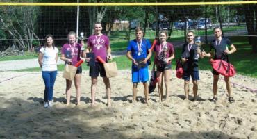 Puchar Wójta Gminy Stara Kiszewa w rękach zwycięzców turnieju w piłkę plażową