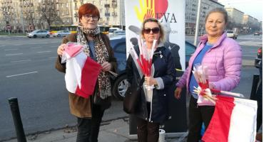 Rozdają flagi narodowe