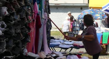 Targowisko na Majewskiego - kupcy oczekują na klientów i na pomoc pani burmistrz