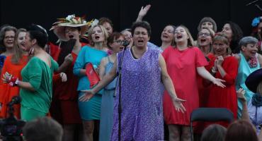 """Sadyba: Śpiewające Koło Gospodyń Miejskich uczy współmieszkańców mówić sobie """"dzień dobry"""""""