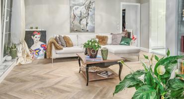 Naturalna podłoga drewniana w domu - jakie są jej zalety?
