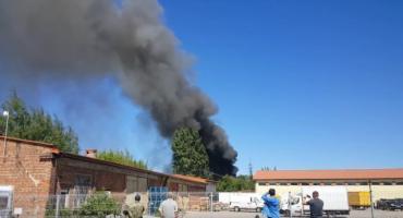 Pożar przy ul. Torowej. Płonie pustostan [FOTO]