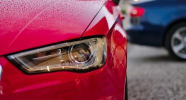 Sprawdź światła samochodowe w Samochodówce
