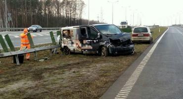Bus uderzył w barierki